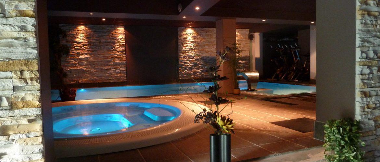 Intérieur piscine sombre illuminé